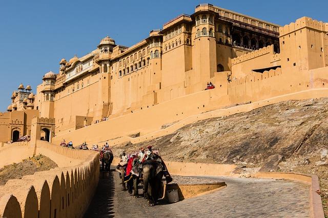 Vue sur la forteresse Amber Fort, située à quelques km de Jaipur. Crédit photo: Pixabay/ D Mz