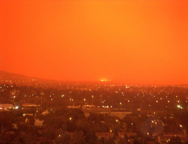 Ciel rouge à Canberra, Australie, en 2003, le même phénomène a actuellement lieu © Paul