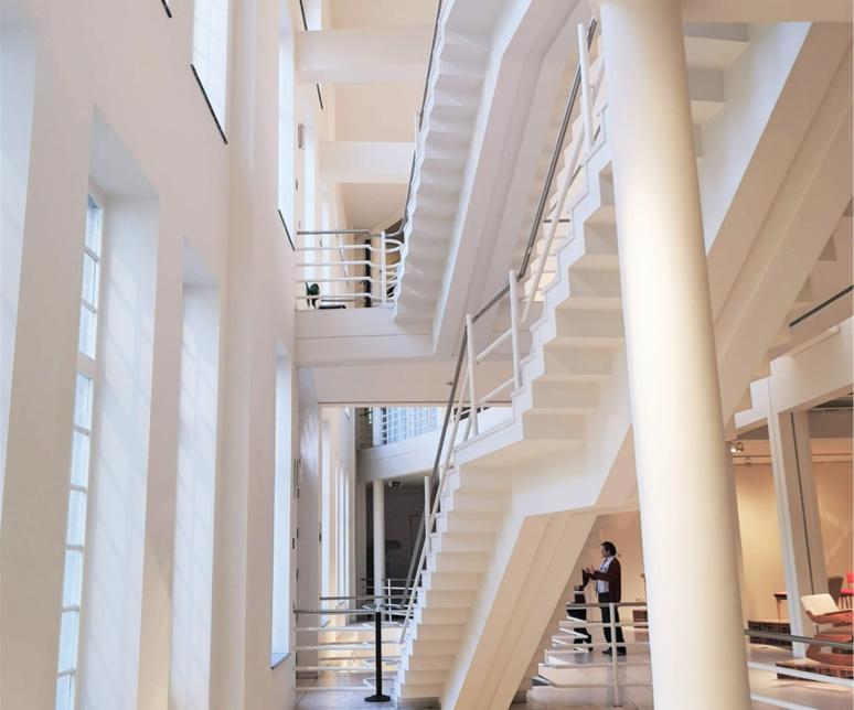 Vue intérieure du musée du design de Gand qui comporte 4 nivaux d'expositions et bénéficie de grandes surfaces vitrées / (c) E.V.