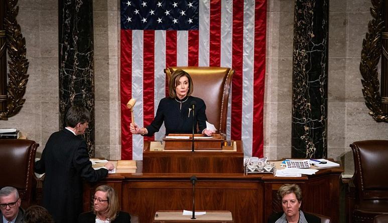 """Nicole Pelosi et la Chambre ont tranché, Donald Trump sera jugé pour """"abus de pouvoir"""" et """"obstruction au travail du Congrès"""". Désormais son sort est entre les mains des Sénateurs. (c) Office of U.S House Speaker"""