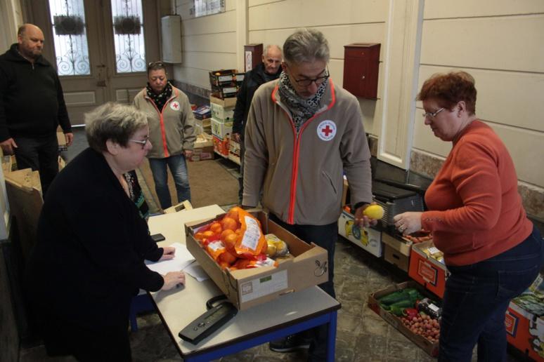 Après avoir déchargé les denrées, le bénévoles font l'inventaire de la collecte © M.L.