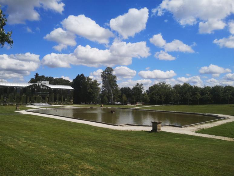 Vue latérale du bassin et du château, centre d'exposition d'art contemporain en plein coeur du Parc Culturel de Rentilly / (c) E.V.