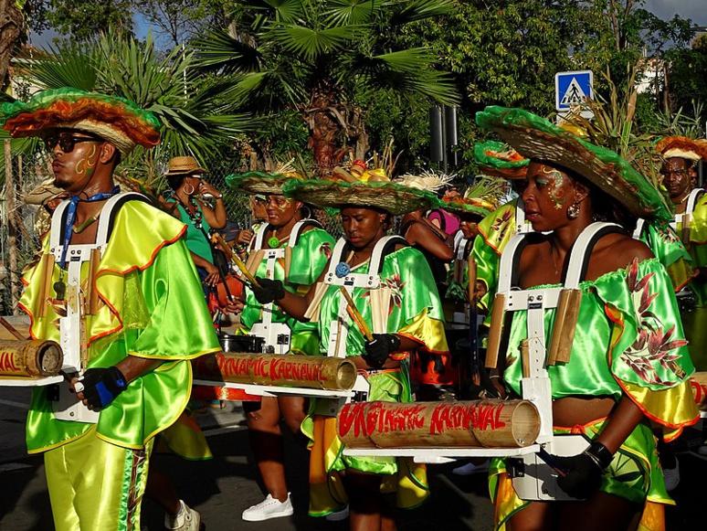 Des groupes à pied scandent les vidés, chacun sa couleur et son thème. (c) Georges-Michel Granville.