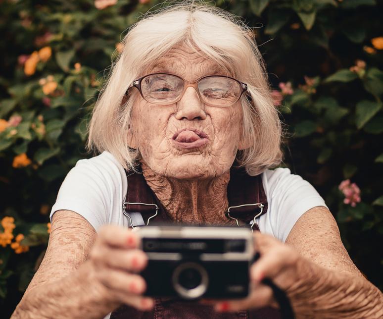 Favoriser la singularité de l'individu au détriment de l'âge, par un selfie, par exemple ? / ©  Photo de Edu Carvalho sur Pexels