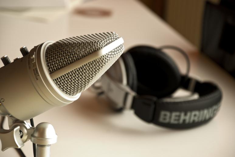 Un casque et un micro, ce qu'il faut pour produire un Podcast chez soi (c) Filkr