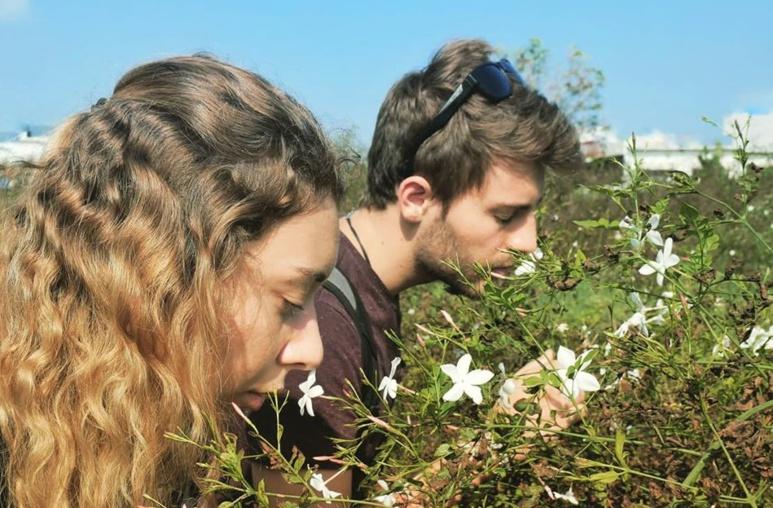 Le couple de voyageurs découvrant le jasmin grandiflorum, en Inde (c) Nose on the road