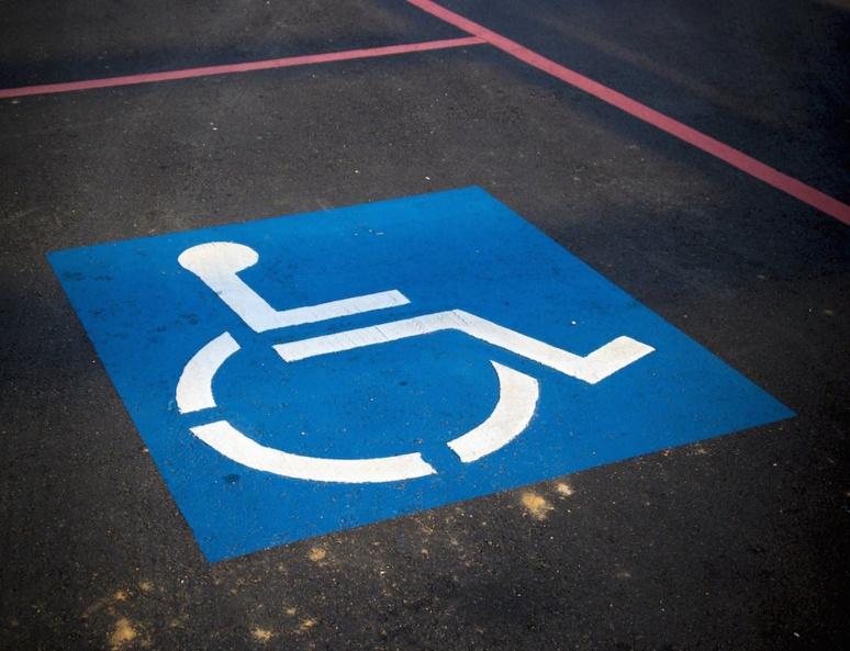 Place de stationnement pour handicapés © AbsolutVision, Pixabay