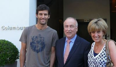 Mark Webber (à gauche) et son épouse (à droite), avec le directeur du Columbus (au milieu), l'hôtel où ils étaient logés durant le Grand prix. Photo courtoisie (c) DR