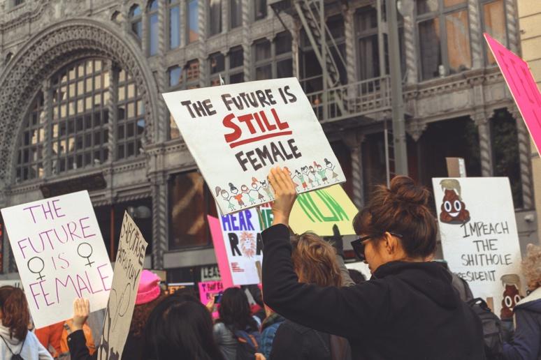 Photographie d'une manifestation féministe aux Etats-Unis en mars 2018. Image par miawicks9 de Pixabay