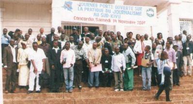 Les journalistes du Sud Kivu à la sortie d'une journée de réflexion sur les exactions perpetrées contre les médias. Photo (c) Blaise Sanyila