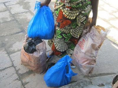 L'utilisation abusive des sachets par les femmes béninoises est une réalité. Photo (c) Alain Tossounon