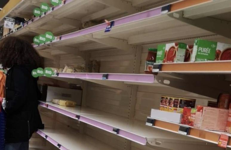 Les rayons d'un supermarché vidés de leurs contenus (C) Okaigne Henri