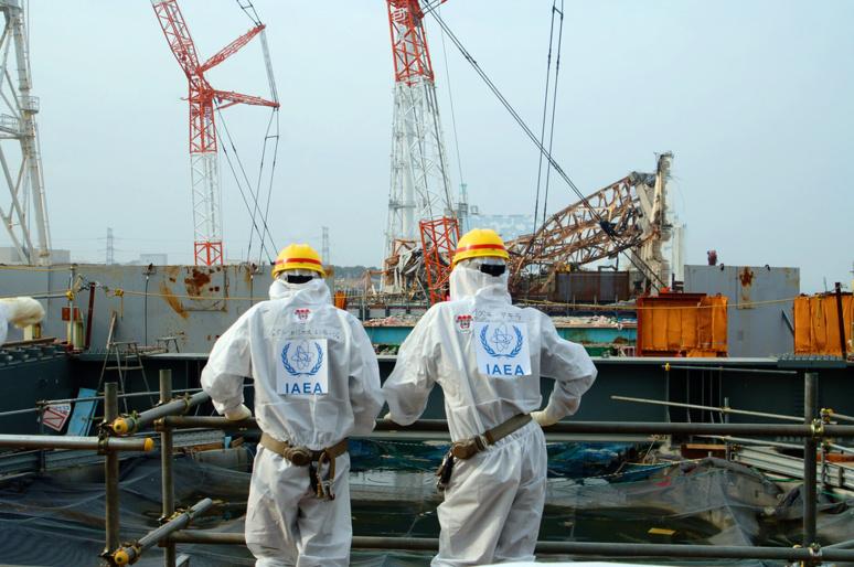 Deux ouvriers devant la centrale nucléaire Fukushima-Daiichi (c) Greg Webb / IAEA