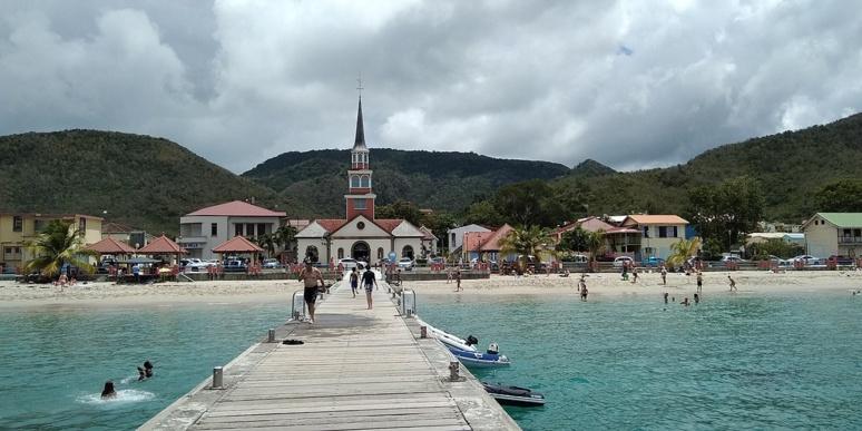 Le ponton d'accostage, semblant sortir de l'église pour continuer sans fin ni but dans la mer. (c) Patrice78500, Wikipedia.