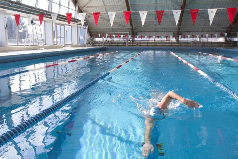 Un nageur faisant une longueur de crawl © Wikipédia