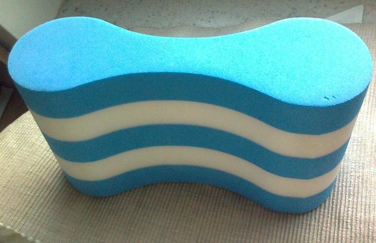 Un accessoire pour la natation, un pull-buoy flottant pour travailler les bras © Wikipedia
