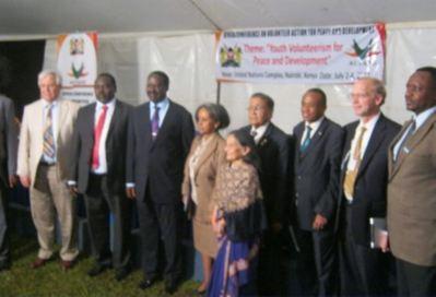Le premier ministre entouré des officiels à la clôture des travaux. Photo (c) Alain Tossounon