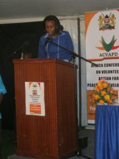 La porte-parole des jeunes lisant le communiqué final. Photo (c) Alain Tossounon