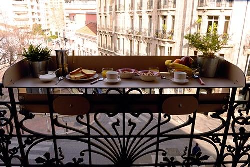 Le Baracood s'adapte aux mains courantes, aux garde-corps de balcon, de terrasse ou de fenêtre, et permet de les aménager en petit coin repas. ©Joaquim Vidal