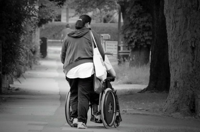 L'auxiliaire de vie sociale est chargé.e d'aider une personne en difficulté, malade ou dépendante à accomplir les tâches et activités de la vie quotidienne © Public Domaine Pictures de Pixabay