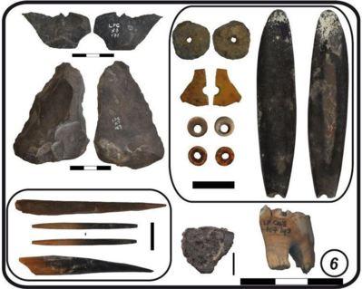 Exemples des restes archéologiques (outils en pierre et en os, objets de parure, tesson de poterie) mis au jour dans la couche 6 de Leopard Cave, où a été trouvée la plus ancienne dent de chèvre ou de mouton du gisement. Photo (c) David Pleurdeau / MNHN