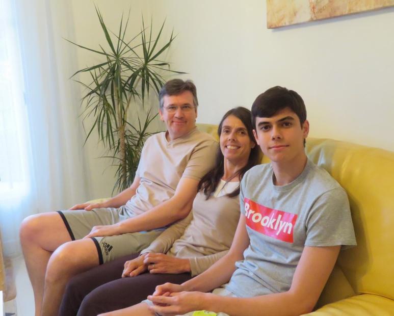 De gauche à droite : Serge, référent réglementaire Pôle emploi, Nathalie, secrétaire médicale et leur fils Nicolas, en classe de terminale. Ils sont tous les trois confinés dans leur appartement à Villeneuve-Loubet © SG