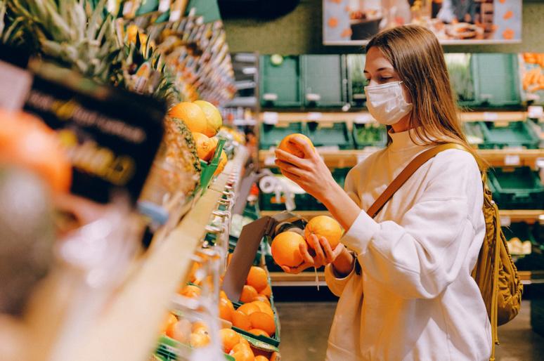 La difficulté à trouver des masques a incité les citoyens français à en fabriquer par leurs propres moyens. (C) Anna Shvets, PEXELS