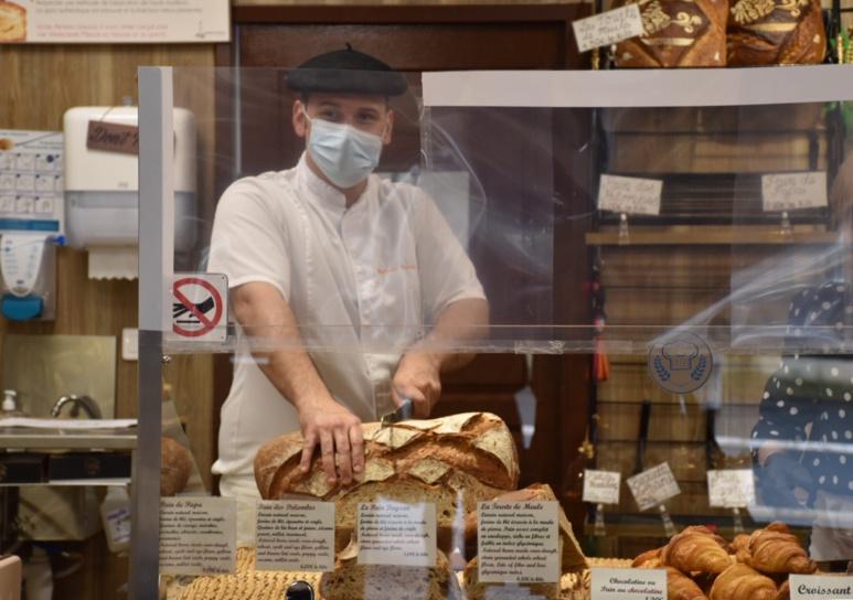 Mickaël Ossard a réaménagé sa boulangerie pour prévenir tout risque de contamination. Photo © Audrey Gleonec