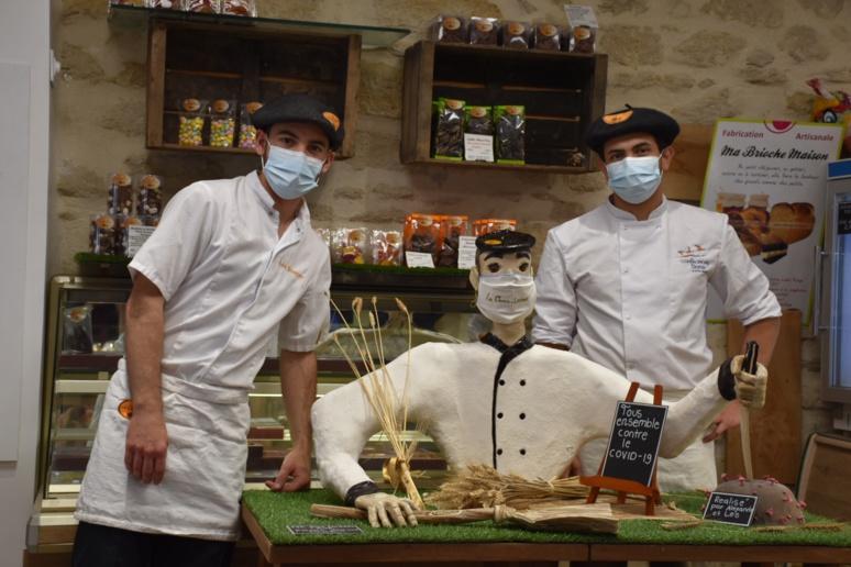 Léo et Alexandre, ont réalisé une sculpture en pain contre le coronavirus. Photo © Audrey Gléonec