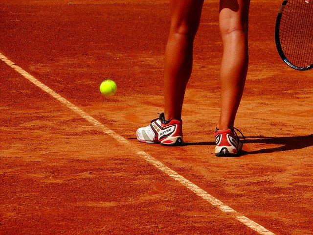 La terre battue de Roland Garros, emblème du tennis français, dont le tournoi est pour le moment reporté face à la crise sanitaire. (c) Pixabay License