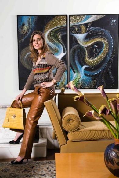 Andrea Posada de Manosalva dans son appartement avec l'une de ses créations (c)  Pilar Mejia