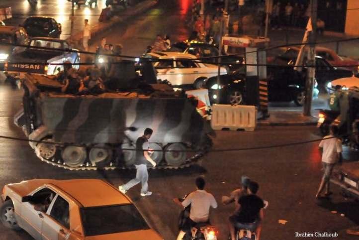 Dans leurs blindés. Photo (C) Ibrahim Chalhoub