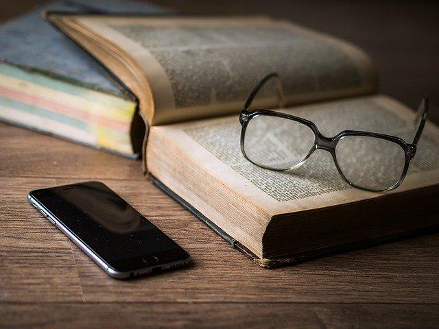 Entre la lecture et les réseaux sociaux, les Français ont parfois eu du mal à équilibrer les deux durant le confinement. (c)Pixabay License