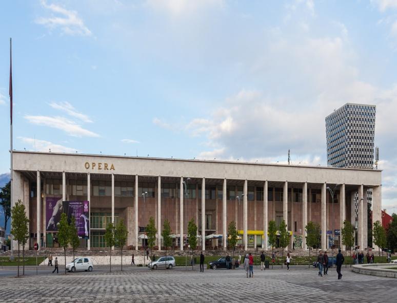 Le Théâtre national datait de 1939, à l'époque de l'occupation italienne de l' Albanie.C'était d'abord un cinéma, devenu une salle de spectacles pour les militaires italiens. (c) Wikipédia
