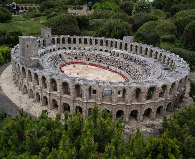 L'arène d'Arles est l'une des reproductions versions miniatures des monuments les plus célèbres en France / Illustration (c) Adobe Stock