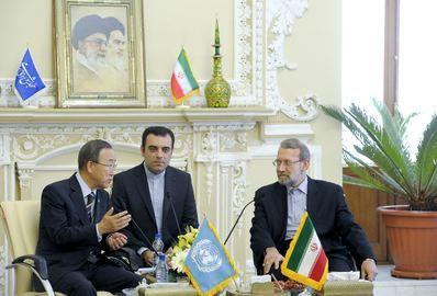 Ban Ki-moon (à gauche) avec Ali Ardashir Larijani, président du Parlement iranien (à droite). Photo (c) Evan Schneider / UN Photo