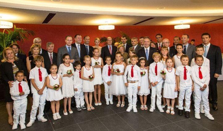 LL.AA.SS. le Prince Albert II et la Princesse Charlene, entourés des conseillers nationaux et des enfants. Photo (c) Realis/Conseil National