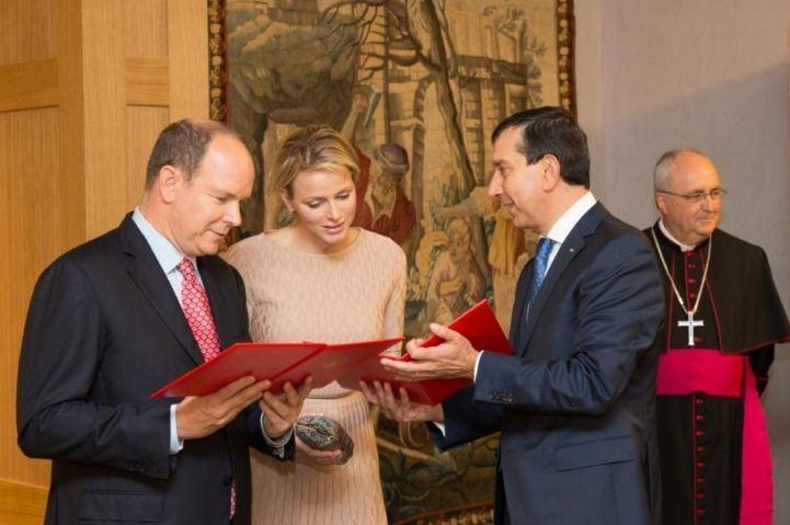Le couple princier, Jean-François Robillon et Mgr Barsi. Photo (c) Realis/Conseil National