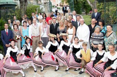 La Famille Princière entourée de Mgr Barsi, du Maire et des membres du Conseil Communal et de la Palladienne. Photo (c) Mairie de Monaco