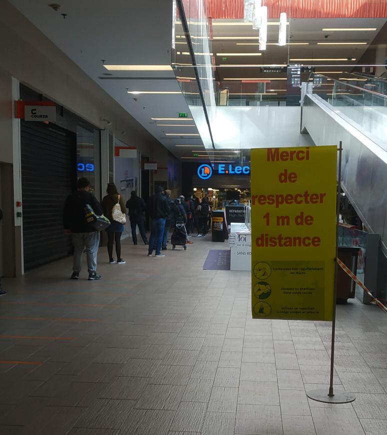 A l'annonce du confinement, très rapidement c'était l'attente aux portes des supermarchés (c) Kévin B