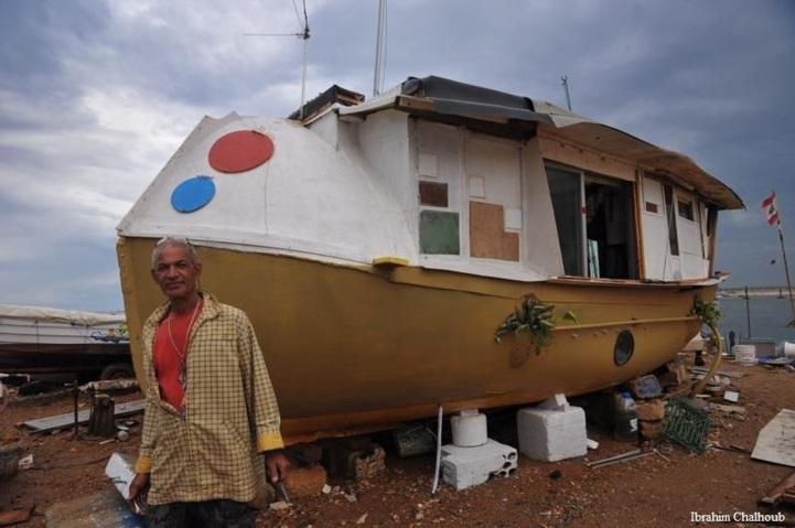 Le bateau transformé en logement. Photo (C) Ibrahim Chalhoub
