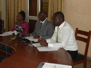 Le Directeur résident de EAA-Bénin (au milieu) entouré de ses collaborateurs au cours de la conférence de presse. Photo (c) Alain Tossounon