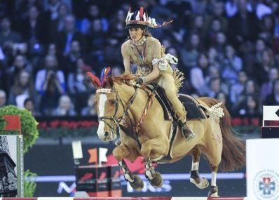 Charlotte Casiraghi participe à l'épreuve déguisée en squaw. Photo (c) Alain Benainous