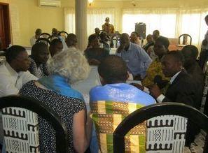 Les participants au cours de l'un des travaux pratiques. Photo par Alain Tossounon
