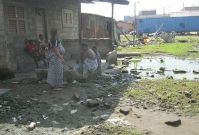 Dans les quartiers situés le long de la berge lagunaire de Cotonou, l'assainissement est encore un luxe. Photo (c) Alain Tossounon