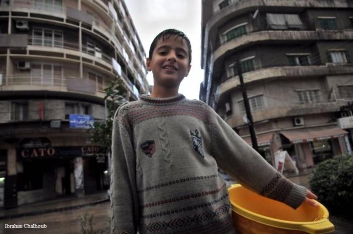 La pluie ne l'empêche pas de travailler! Photo (C) Ibrahim Chalhoub
