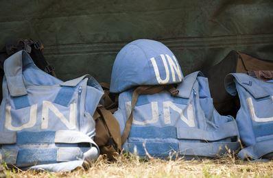Gilets pare-balles et casques des membres du 1er Bataillon de parachutistes du contingent sud-africain de la Mission de maintien de la paix de l'ONU en RDC (MONUC). Photo (c) Marie Frechon / UN