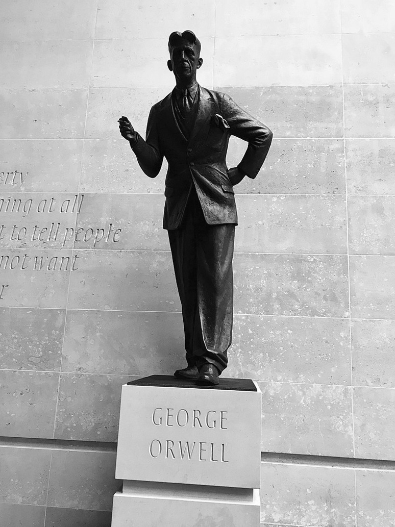 Statue de George Orwell dévoilée fin 2017 à proximité du siège de la BBC à Londres (c) DR