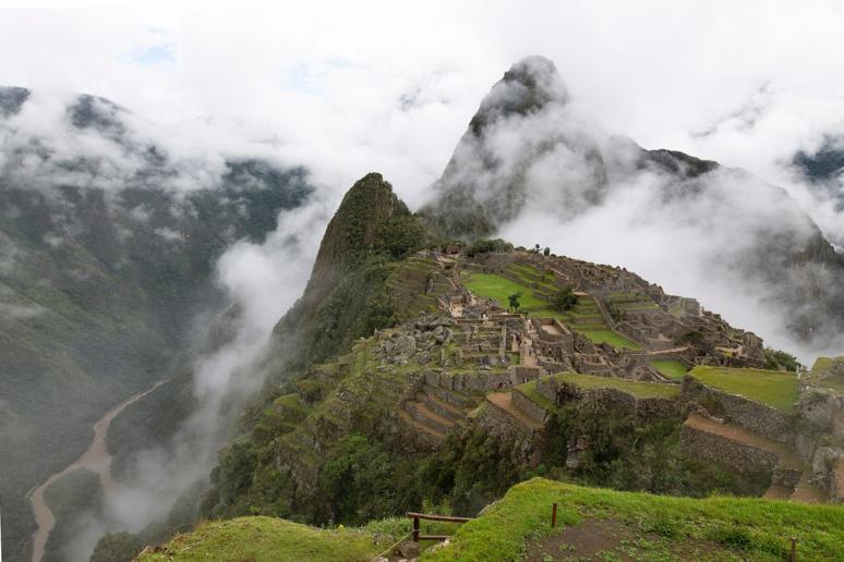 La brume, qui recouvre régulièrement les montagnes autour de Machu Picchu, a permis à la citadelle d'échapper aux regards pendant quatre siècles (c) DR