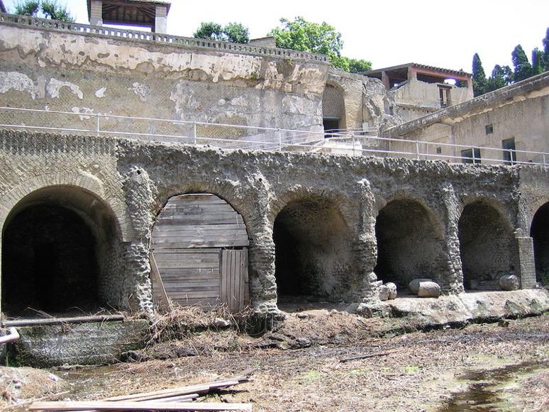 Herculanum, détruite comme on le sait par l'éruption du Vésuve en 79 après J.C (c) Matthias Holländer, German Wikipedia